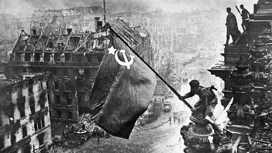 Yevgeny Khaldei acrescentou à própria fotografia oficiais soviéticos hasteando a bandeira vermelha sobre o Reichstag, na Alemanha, para esconder os soldados que na fotografia original saqueavam um prédio