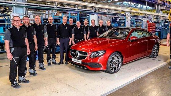 Cada um destes funcionários tem motivo para sorrir: em Abril, juntamente com o salário, vão receber um bónus de até 5.400€, em reflexo dos bons resultados operacionais do Grupo Daimler em 2016
