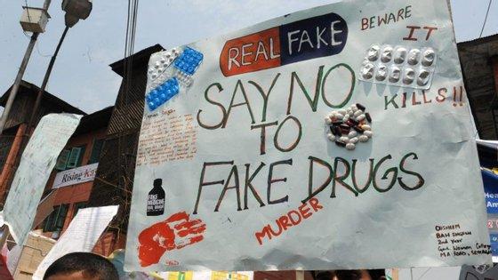 Protesto na Índia, em 2013, contra o fornecimento de medicamentos não aprovados nos hospitais