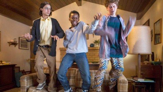 """Os protagonistas de """"Everything Sucks"""", nova série da Netflix"""