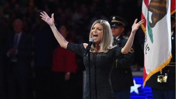 Fergie cantou o hino nacional antes do início do NBA All-Star Game