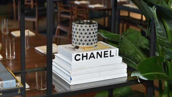 A Chanel tem mais de 100 anos, tendo sido fundada em 1909