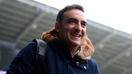 Carlos Carvalhal tem razões para sorrir: após triunfos contra Liverpool ou Arsenal, tirou o Swansea do último lugar