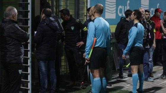 João Capela e os seus assistentes ficaram à espera na entrada do túnel de acesso aos balneário até os ânimos acalmarem