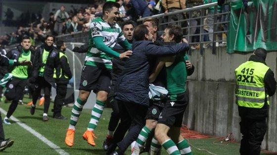 A festa dos jogadores do Sporting em torno de Coates, num golo de tardio que deu a vitória aos leões em Tondela