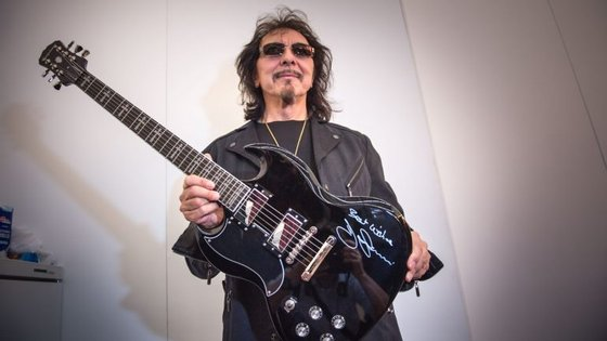 Tony Iommi, dos Black Sabbath, posa com uma Gibson Epiphone SG Signature em visita à feira de música Frankfurter Musikmesse, na Alemanha