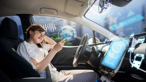 Automóveis cada vez mais conectados são também mais vulneráveis a ataques informáticos, o que pode colocar em causa a segurança do próprio condutor e dos restantes ocupantes do veículo