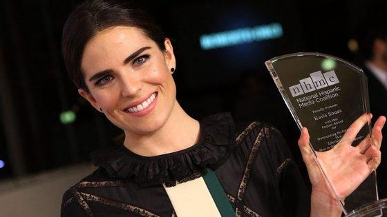 """A atriz Karla Souza depois de receber um prémio pela sua prestação na série """"Como defender um assassino"""", nos prémios anuais do National Hispanic Media Coalition Impact"""