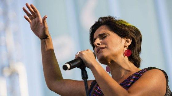 """O álbum é constituído por 12 temas, entre eles """"Armadilha"""", de Sérgio Godinho"""