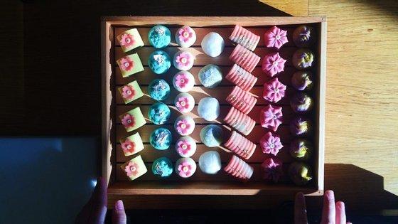 Uma das caixas de wagashis, os doces japoneses feitos com feijoca