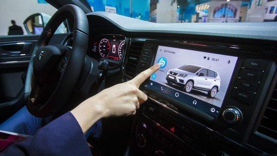 Os 300 milhões de utilizadores do Shazam, aplicação adquirida em Dezembro pela Apple, podem aceder à aplicação através do ecrã do veículo a partir de Abril