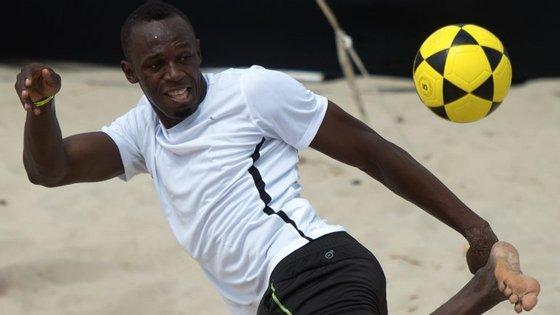 Na praia ou nos relvados, Usain Bolt não perde a oportunidade de mostrar habilidade com a bola nos pés