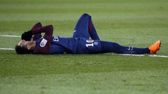 Neymar lesionou-se sozinho aos 77 minutos do jogo entre PSG e Marselha, que terminou com o triunfo do líder por 3-0