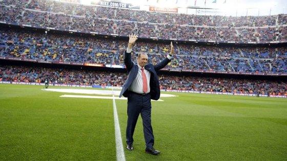 Quini numa das muitas homenagens de que foi alvo em Camp Nou, onde representou o Barcelona entre 1980 e 1984