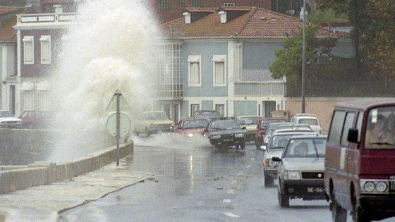 A estrada foi fechada pelas 14h10,entre Paço de Arcos e Caxias