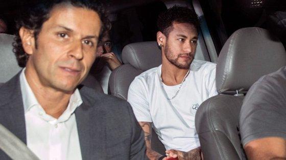 Neymar à chegada ao Brasil, onde foi operado em Belo Horizonte a uma fratura no quinto metatarso do pé direito