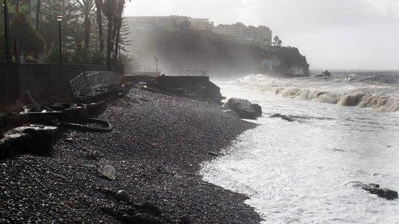 O mau tempo na Madeira levou ao cancelamento de 10 voos