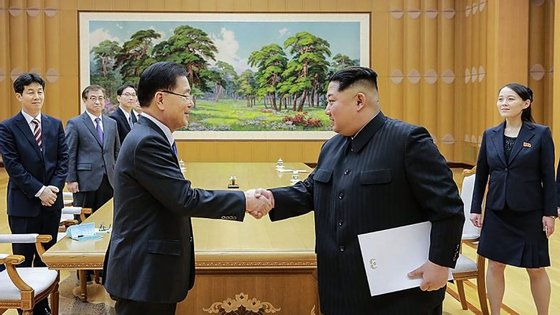 O diretor da Agência Nacional de Segurança da Coreia do Sul, Chung Eui-yong (à esquerda), cumprimenta o Presidente da Coreia do Norte, Kim Jong-un