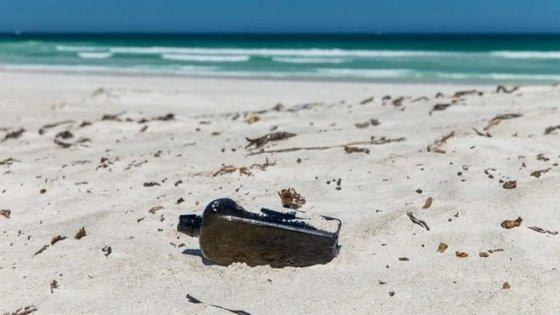 A garrafa foi encontrada em Lancelin por Tonya Illman e fotografada pelo seu marido. Foi atirada ao mar há 132 anos