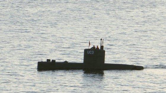 A jornalista Kim Wall ao lado do seu alegado assassino Peter Madsen, no submarino Nautilus UC3 a 10 de agosto de 2017