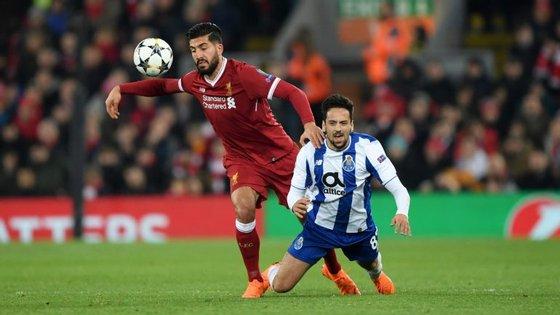 Bruno Costa (aqui a disputar a bola com o internacional alemão Emre Can) foi a grande surpresa do FC Porto em Liverpool