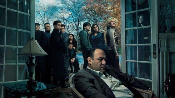 """""""Os Sopranos"""" é considerada uma das melhores séries de todos os tempos. Agora, terá continuação no grande ecrã, com um filme que antecederá as aventuras de Tony Soprano e companhia"""