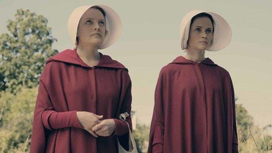 Na segunda temporada da série, Offred (Elisabeth Moss), à esquerda, vai continuar a lutar contra a condição submissa a que, como outras mulheres, está sujeita na República de Gilead