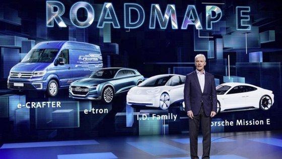 Matthias Müller anunciou 3 milhões de automóveis eléctricos em 2025, para os quais o Grupo Volkswagen contratou com fornecedores 50 mil milhões de euros em baterias.  Vão ser 80 os modelos em 2025, entre eléctricos e electrificados, para em 2030 serem 300 os veículos com versões amigas do ambiente