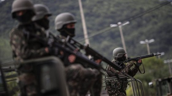 Uma ocupação em massa de soldados no Alemão foi transmitida ao vivo pelas redes de televisão do Brasil em novembro de 2010
