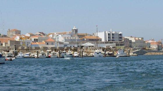 Estão no local nove veículos e 24 operacionais dos Bombeiros de Peniche, INEM e PSP