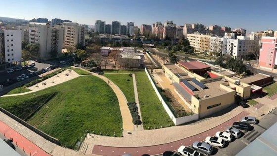 O terreno está situado na esquina entre a Rua José Escada e a Rua Hermano Neves, em Telheiras, na freguesia do Lumiar, em Lisboa