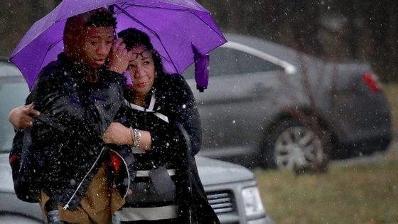 As famílias confortam os alunos, que foram buscar ao liceu vizinho de Leonardstown