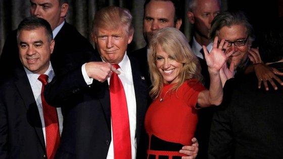 Donald Trump e Kellyanne Conway durante a campanha de 2016. Agora, uma lei criada pelo marido dela pode causar-lhes problemas