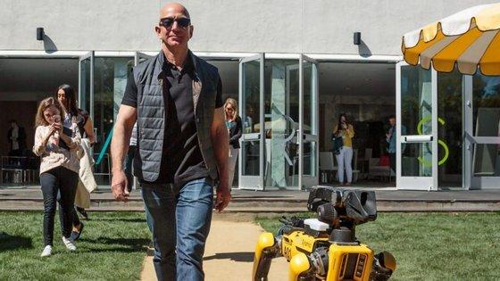 Jeff Bezos é, atualmente, a pessoa mais rica do mundo. É o fundador e presidente executivo da Amazon.