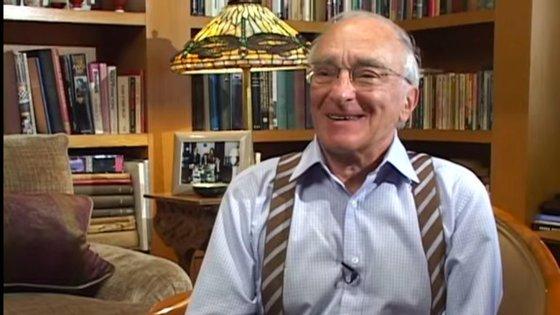 Charles Lazarus numa entrevista para o vídeo biográfico dirigido por Mark Aron, em 2016