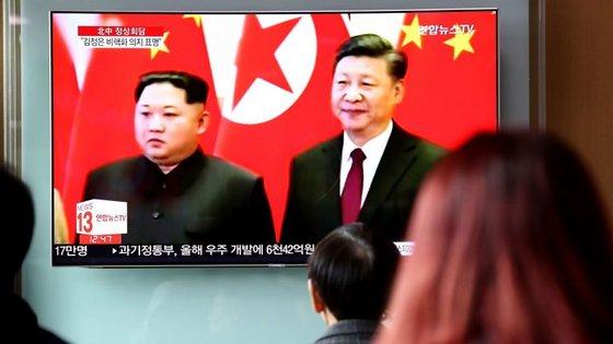 Sul-coreanos acompanham a visita de Kim Jong-un à China pela televisão