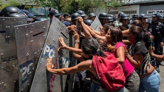 Familiares das vítimas suplicam por informação logo após o incêndio no estabelecimento prisional de Carabobo