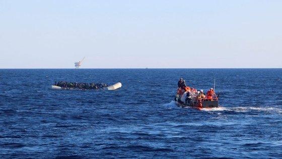 Haverá uma centena de crianças entre os refugiados que agora chegaram à ilha grega