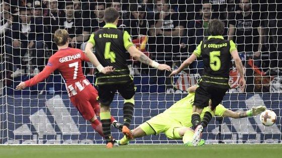 Mathieu (que não está na foto) falhou, Griezmann isolou-se e fez assim o segundo golo do Atl. Madrid
