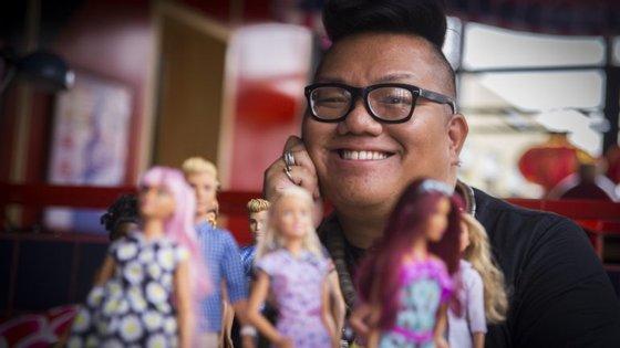 Carlyle Nuera tem o emprego de sonho: desenhar as roupas das Barbie
