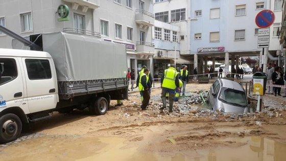 """Carro foi """"engolido"""" em Almada. / Câmara Municipal de Almada (Facebook)"""