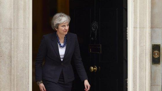 Theresa May convocou reunião de emergência para discutir ataques na Síria