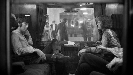 Paul McCartney (à esquerda) e Mick Jagger (à direita)
