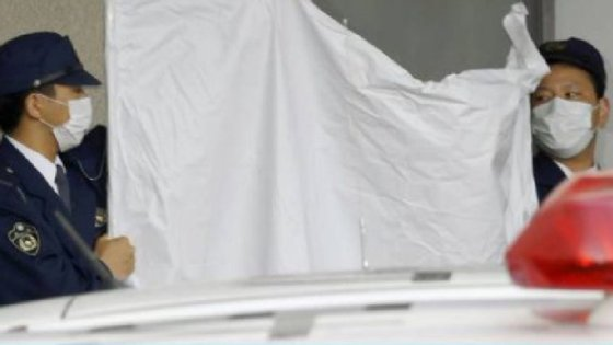 As autoridades japonesas cobrem o detido, YoshitaneYamasaki