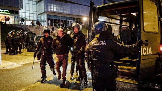 Momento em que a polícia faz mais uma detenção após os incidentes no final do clássico entre Benfica e FC Porto