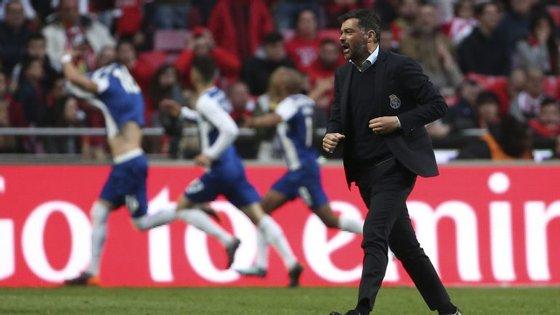 Sérgio Conceição festeja o golo de Herrera que decidiu o clássico na Luz a favor do FC Porto em cima do minuto 90