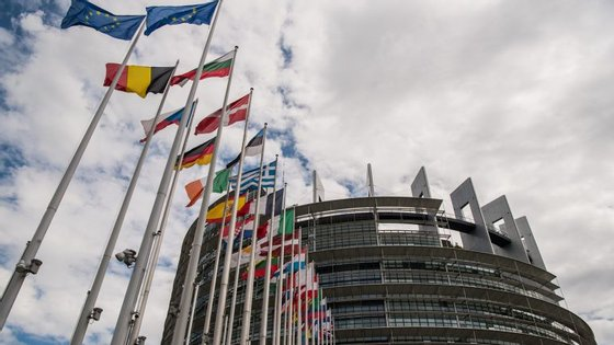 A União Europeia faz aprovar regras para penalizar as grandes empresas, pensando não só num hipotético futuro Dieselgate, mas também nos eventuais abusos do Facebook e da Google