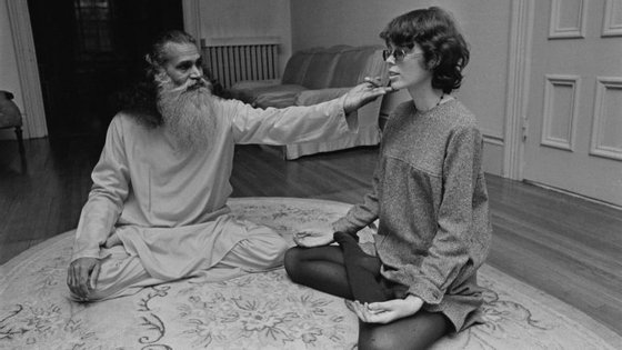 O ioga trabalha o corpo ou a mente? E como é que nos ensina que o que precisamos está dentro de nós? (na imagem: Prudence Farrow, irmã de Mia Farrow, numa aula de ioga)