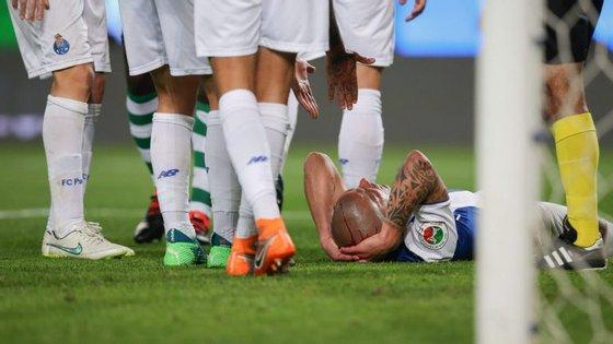 Maxi Pereira teve um choque cabeça com cabeça com Doumbia e teve de ser assistido na parte final do prolongamento