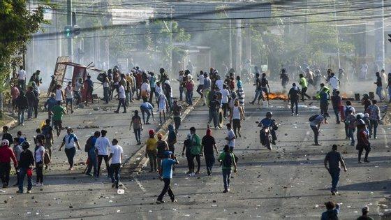 Dezenas de pessoas ficaram feridas ou foram detidas durante a onda de violência que se alastrou a várias cidades